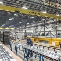 Un homme travaille dans une usine d'aluminium.