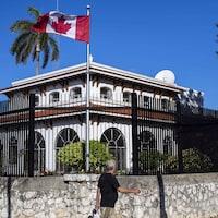 Un homme devant l'ambassade du Canada à La Havane, à Cuba.