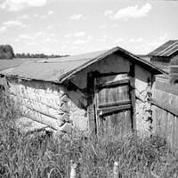 Une photo d'une grange en noir et blanc.