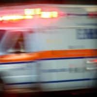 Une ambulance roule durant la nuit.