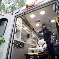 Un ambulancier.
