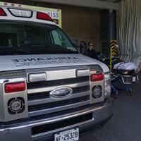 Une ambulance et deux ambulanciers.