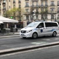 Une ambulance file à vive allure dans les rues de Paris.
