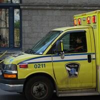 Une ambulance stationnée dans une rue de Montréal