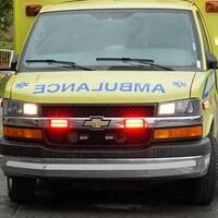 Le devant d'une ambulance sous la pluie.