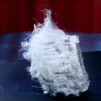 Un morceau du minerai d'amiante vu de près, dont les filaments sont mille fois plus minces qu'un cheveu.