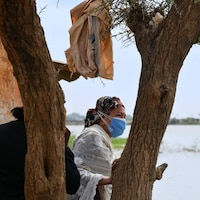 Amina J. Mohammed au bord d'un cours d'eau.