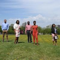 Les six adultes prennent la pause : on les voit les uns à côté des autres (mais avec une distance entre eux étant donné la pandémie) dans ce qui ressemble à un parc, à Winnipeg.