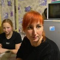 Les deux femmes sont à la table de la cuisine.