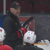 Un entraîneur qui parle à ses joueurs.