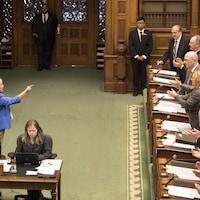 La chef du NPD Andrea Horwath pointe un doigt vers les membres du gouvernement conservateur.
