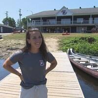 Andréanne Langlois devant le Club de canoë-kayak de Trois-Rivières