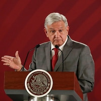 Andres Manuel Lopez Obrador, devant un lutrin.
