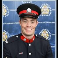 Andrew Harnett en uniforme.