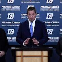 Le chef conservateur Andrew Scheer prend la parole lors d'une conférence de presse sur son projet de construction du pipeline Trans Mountain, à Ottawa, le lundi 24 septembre 2018, en compagnie des députés Cathy McLeod et Shannon Stubbs.