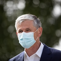 Andrew Wilkinson portant un masque.