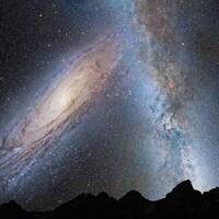 Illustration du spectacle de la rencontre d'Andromède (à gauche) et de la Voie lactée tel qu'il sera possible de l'apercevoir à partir de la Terre.