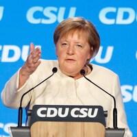 Angela Merkel parle derrière un lutrin.