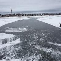 Une patinoire est aménagée sur un lac gelé au centre-ville de Rouyn-Noranda.