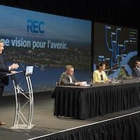 De gauche à droite François Legault, Gilles Lehouillier, Geneviève Guilbault, François Bonnardel et Regis Labeaume lors de l'annonce sur le REC.