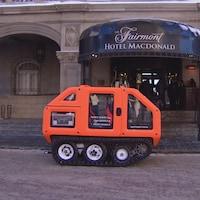 Petit véhicule à la forme hexagonale devant l'hôtel MacDonald.