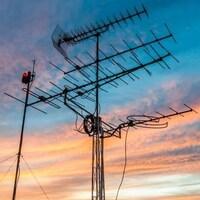 Une antenne dans un ciel de coucher de soleil.