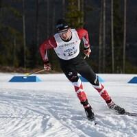 Un athlète pendant une compétition de ski de fond.