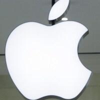 L'ombre du profil d'un homme devant le logo pomme d'Apple