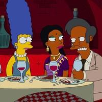 Apu tient son verre de vin avec colère en regardant Homer Simpson.