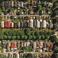 une vue aérienne d'un quartier boisé de Vancouver.