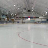 L'intérieur de l'aréna de Gaspé avec la glace, sans joueurs.
