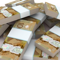 Des liasses de billets de 100 dollars canadiens.