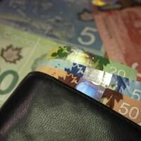 Des billets de banque et un portefeuille.