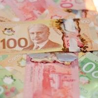 Amas de billets de banque de 20 $, 50 $ et 100 $.