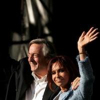 Deux ex-présidents argentins, Nestor Kirchner et son épouse Cristina, lors d'un événement à Buenos Aires en 2008. Cristina Kirchner est impliquée dans un scandale de corruption.