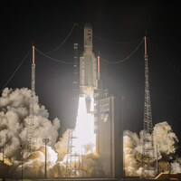 La fusée en plein lancement dans la nuit.