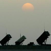 Des batteries de missiles américains Patriot déployées dans le désert irakien.