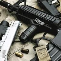 Des armes de poing et une mitraillette.