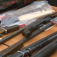 Des armes et des vêtements de gangs saisis par la police.