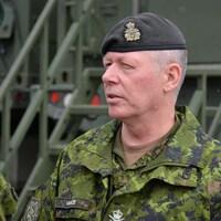 Le général Vance parlant à un subalterne.