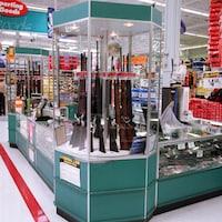 Des armes à feu vendues dans un magasin Walmart.