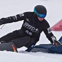 Arnaud Gaudet effectue une descente sur sa planche à neige.