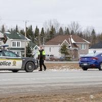 Une voiture de la Sûreté du Québec placée derrière une voiture de location.