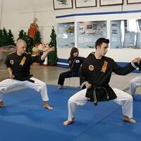 Des élèves de l'école de Peter Cornacchio de Sault-Sainte-Marie font une démonstration de Hapkido.