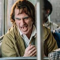 Un homme est en crise dans un autobus public.
