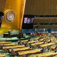 Des représentants des pays sont rassemblées dans la salle des séances de l'Assemblée générale des Nations unies, à New York.