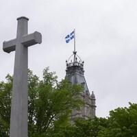 La Croix du sacrifice sur les plaines d'Abraham, avec le parlement du Québec en arrière-plan.