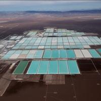 De grands bassins servant à l'extraction du lithium au Chili.