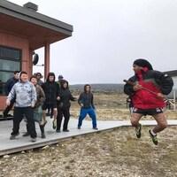 Ray Totorewa, un Autochtone originaire de la Nouvelle-Zélande, anime un atelier de danse maorie à des jeunes inuits de Kangiqsujuaq.