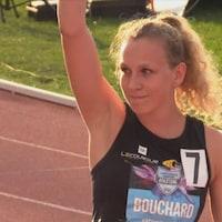 Elle lève un bras avant sa course.